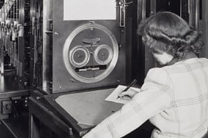A woman operates a tide prediction machine during World War II. (Association of Commissioned Officers )