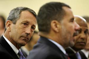 South Carolina Gov. Mark Sanford, left, listens to New York Gov. David Paterson, center, testify at an Oct. 29, 2008 Congressional hearing regarding economic recovery. (Alex Wong/Getty Images)