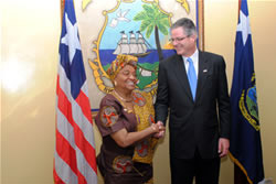 President Ellen Johnson Sirleaf welcomes Chevron CEO John Watson on his first visit to Liberia on July 11, 2011. (James M. Garresen II/Executive Mansion)